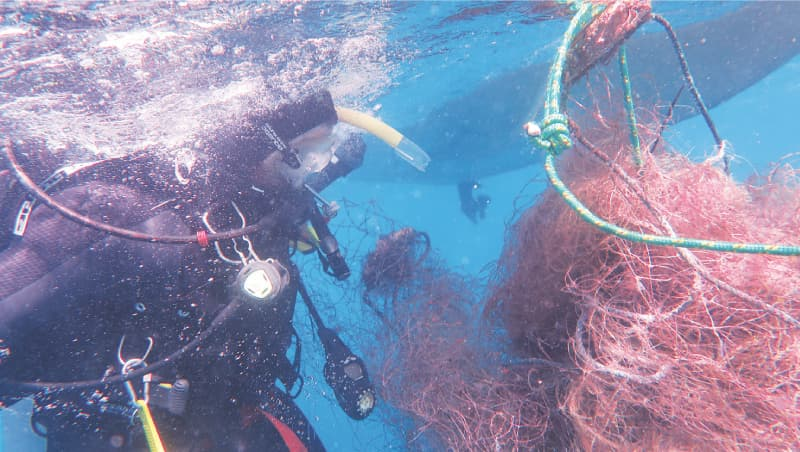 Transporting recovered ghost nets to the surface  | Photos by Muhammad Iqbal