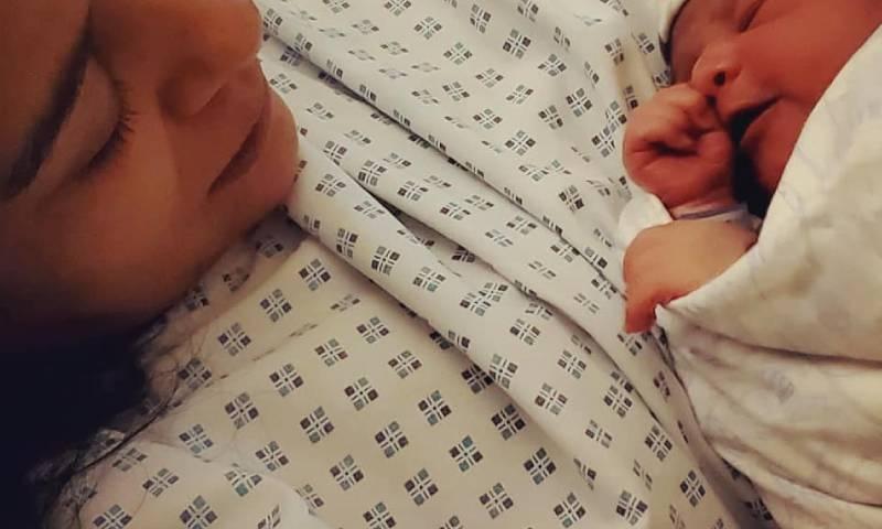 اداکارہ نے انسٹاگرام پر تصاویر شیئر کرتے ہوئے مداحوں کو بیٹے کے پیدائش سے متعلق بتایا—فوٹو: انسٹاگرام