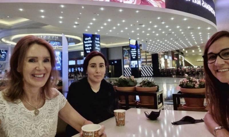 یہ تصویر 20 مئی کو شہزادی لطیفہ کے ساتھ موجود دونوں خواتین کے انسٹاگرام اکاؤنٹس سے شیئر کی گئی تھی—فوٹو: انسٹاگرام