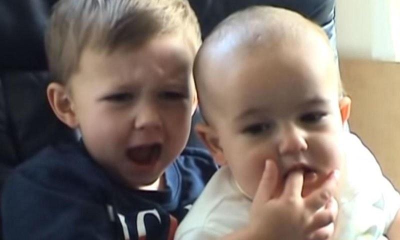 مشہورِ زمانہ ویڈیو 'چارلی بِٹ مائے فنگر' 11 کروڑ روپے میں نیلام