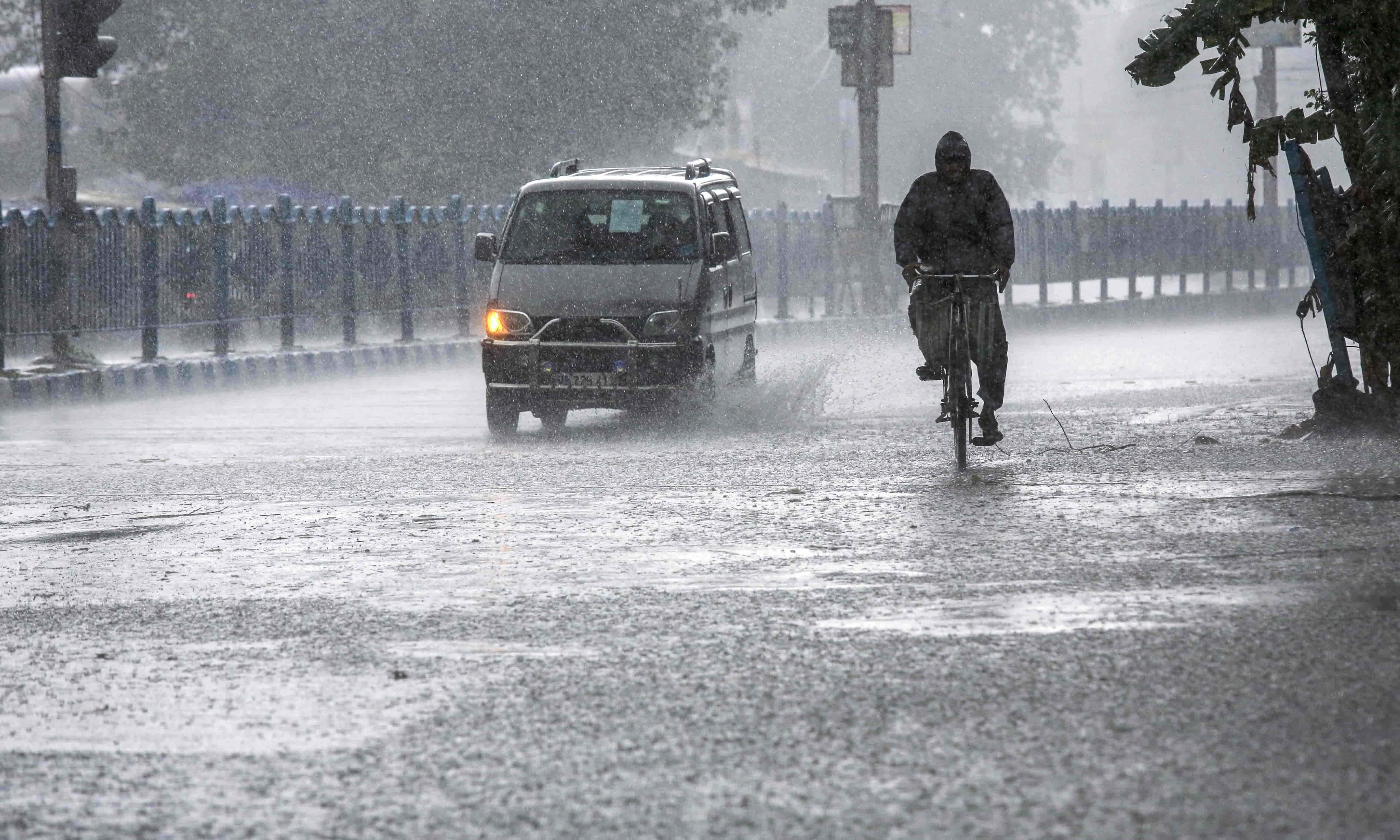 بھارت: طوفان 'یاس' نے ہزاروں گھر تباہ کر دیے، کولکتہ ایئرپورٹ بند