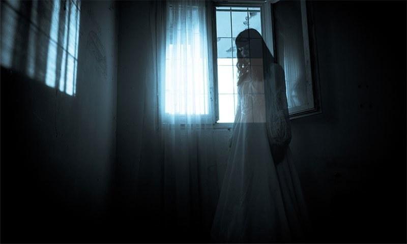 جب آئینے میں موجود عورت کی گردن یک لخت لڑھک کر قالین پر گر پڑی
