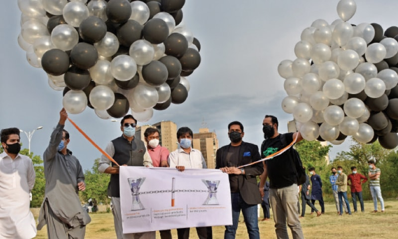 Members of the civil society get ready to release balloons outside the National Press Club in Islamabad on Monday on the occasion of World No-tobacco Day. — Photo by Tanveer Shahzad
