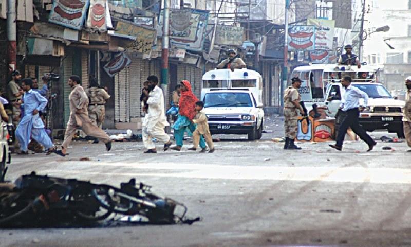 کراچی میں جاری کشیدگی کے دوران رینجرز گشت کررہے ہیں جبکہ عوام محفوظ مقام کی جانب بھاگ رہے ہیں — ڈان فائل فوٹو