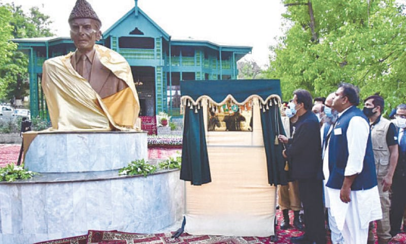 ZIARAT: Prime Minister Imran Khan unveiling a statue of the father of the nation Mohammad Ali Jinnah during his visit to the Quaid-i-Azam Residency on Tuesday.—PPI
