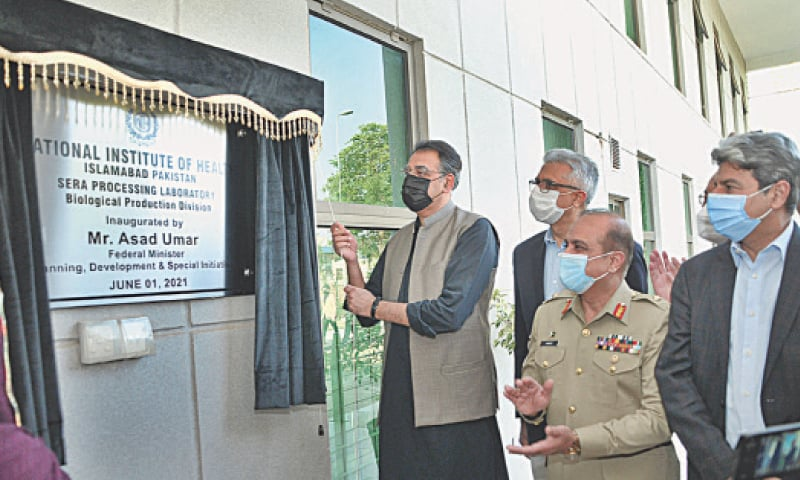ISLAMABAD: Federal Minister for Planning, Development and Special Initiatives Asad Umar inaugurates the Sera Processing Laboratory at the National Institute of Health on Tuesday.—APP