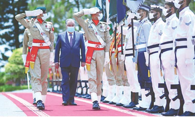 ISLAMABAD: Tajikistan President Emomali Rahmon reviews a guard of honour here on Wednesday.—PPI