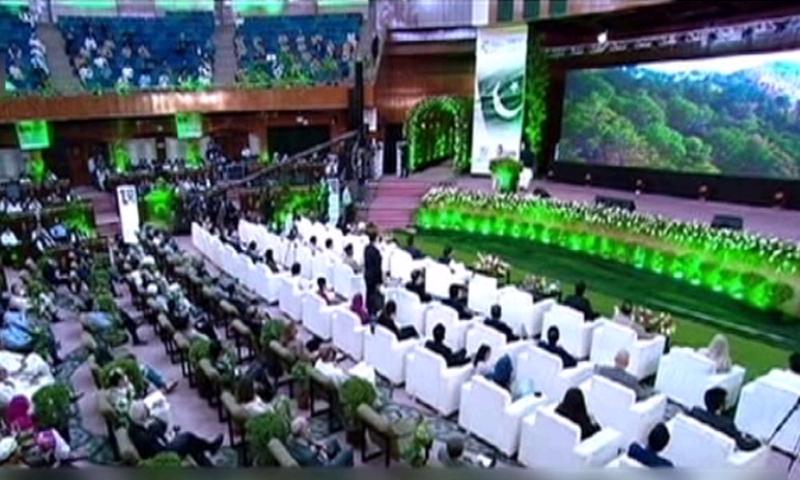 تقریب سے وزیر اعظم عمران خان بھی خطاب کررہے ہیں-- فوٹو: ڈان نیوز