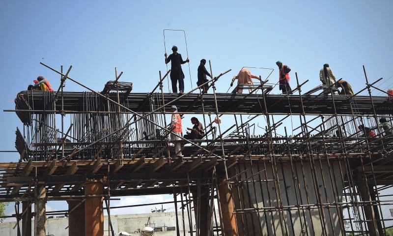 Construction workers in Peshawar | Abdul Majeed Goraya/White Star