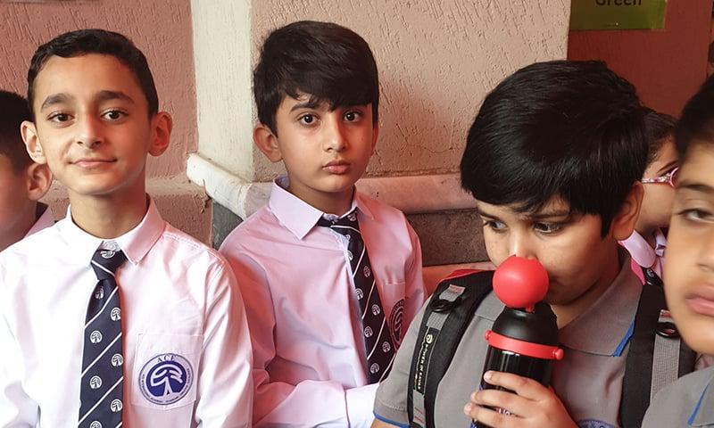 پاکستانی اسکول چاہے جتنا بھی مہنگا یا کلاسی کیوں نہ ہو، استاد کا کام صرف بچے کو یہی بتانا ہے کہ وہ یہاں سے وہاں تک سبق یاد کرکے آئے