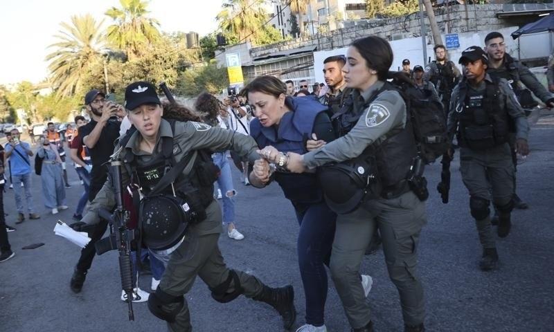 خاتون صحافی کے پاس اسرائیلی حکومت کا جاری کردہ اجازت نامہ موجود تھا — فوٹو: اے پی