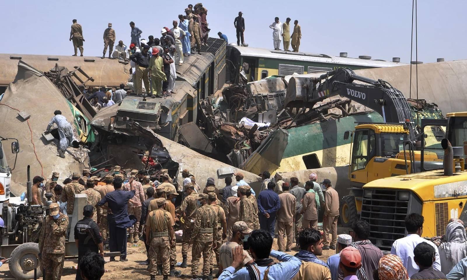 دو مسافر ٹرینوں کے تصادم کے نتیجے میں 40 افراد جاں بحق ہوئے—فوٹو: اے پی