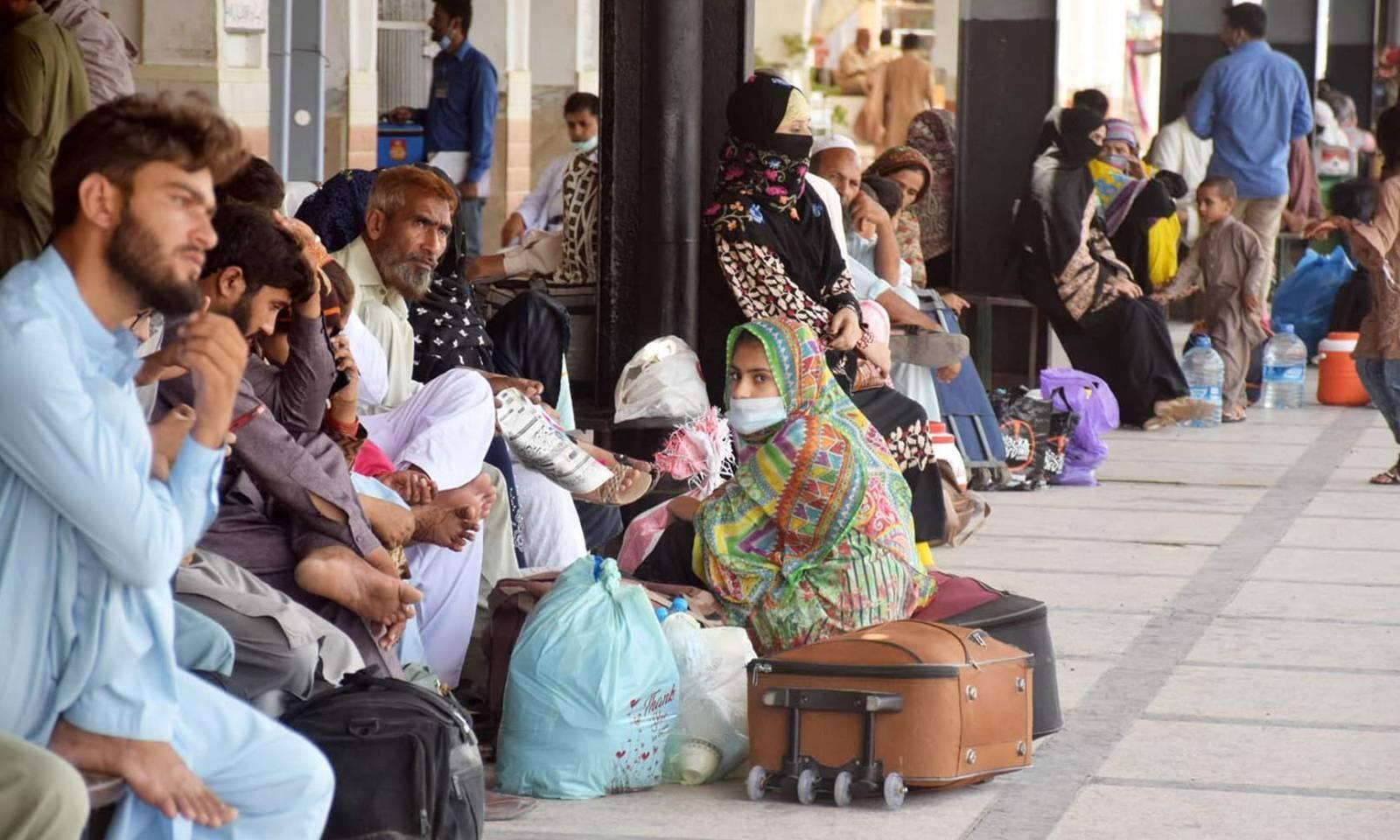 ڈہرکی میں پیش آنے والے حادثے کے بعد حیدرآباد ریلوے اسٹیشن پر مسافر،ٹرینوں کی آمد کے منتظر ہیں— فوٹو: عمیر علی