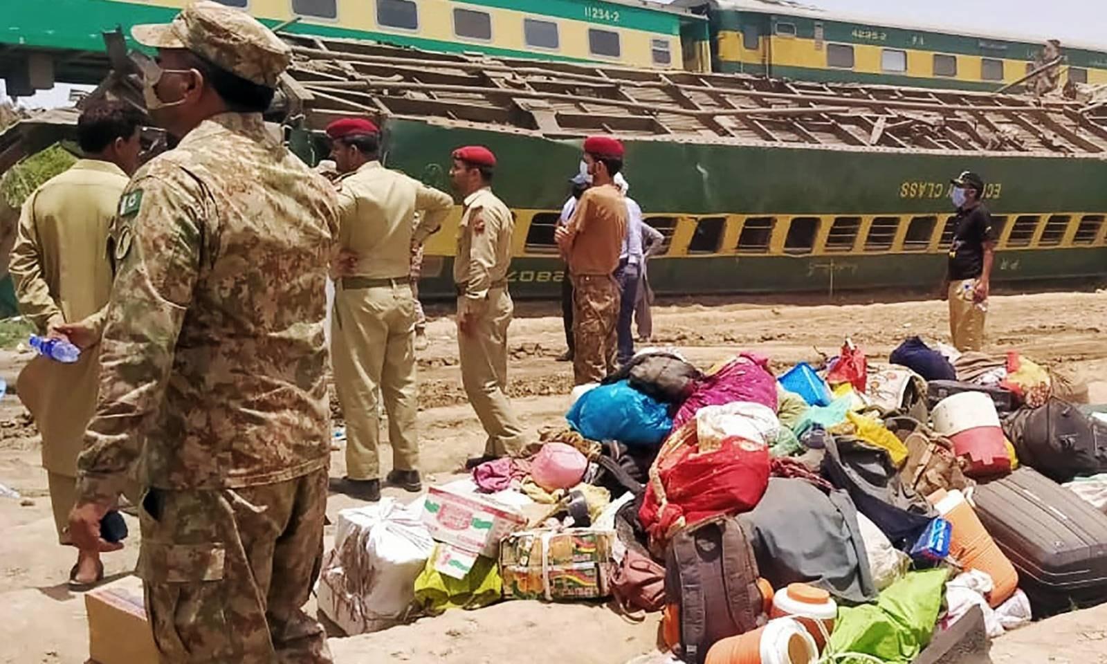 فوج اور رینجرز کے دستے بھی مقامی انتظامیہ کے ساتھ مل کر امدادی اور بچاؤ آپریشن میں حصہ لے رہے ہیں—فوٹو: اے ایف پی