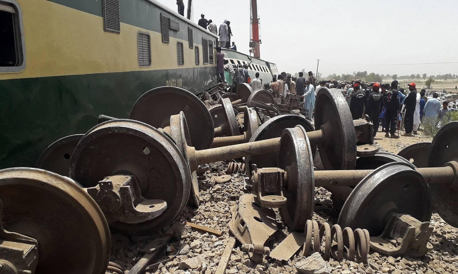 سیکیورٹی اہلکار پیر کی شب کو پیش آنے والے ٹرین حادثے  کا جائزہ لے رہے ہیں—فوٹو: اے ایف پی