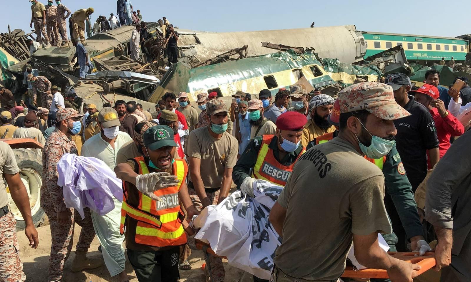 حادثے میں 13 سے زائد بوگیوں کو نقصان پہنچا—فوٹو: رائٹرز