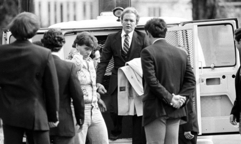 اصلی آرنی جانسن عدالت میں جاتے ہوئے، اے پی فوٹو