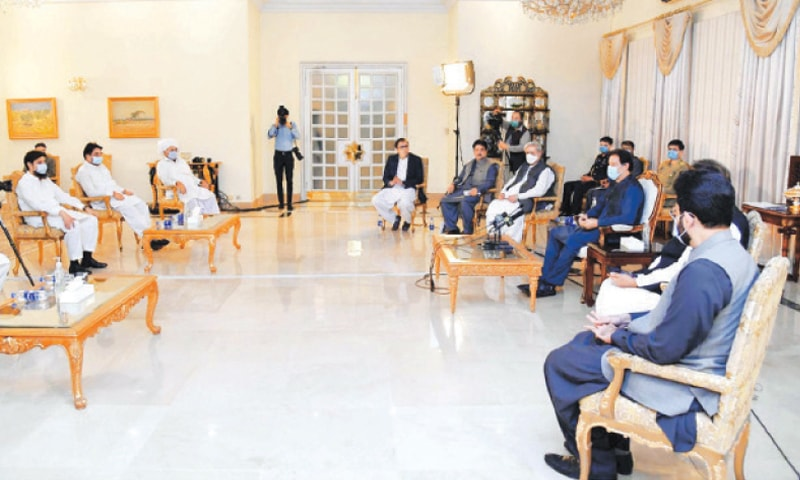 ISLAMABAD: Prime Minister Imran Khan is exchanging views with farmers during meeting  on Tuesday.—PPI