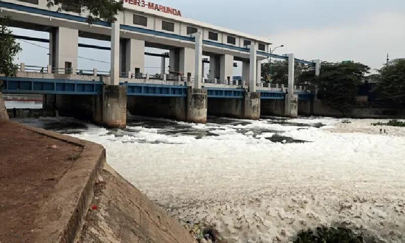 جکارتہ کے کینال میں پراسرار سفید جھاگ کی وجہ کیا ہے؟