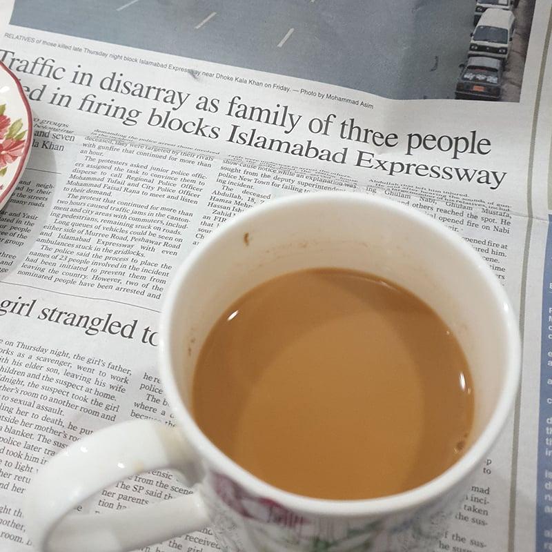 چائے کی چسکیوں کے ساتھ اخبار کا مطالعہ