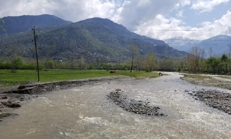 سوات میں پہاڑوں سے گزرتی ایک جھیل کا منظر