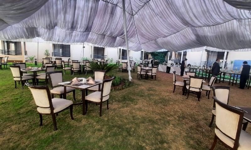 لاک ڈاؤن کے دوران مرگلہ ہوٹل اسلام آباد کی ایس او پیز کے تحت اوپن ایئر ڈائننگ