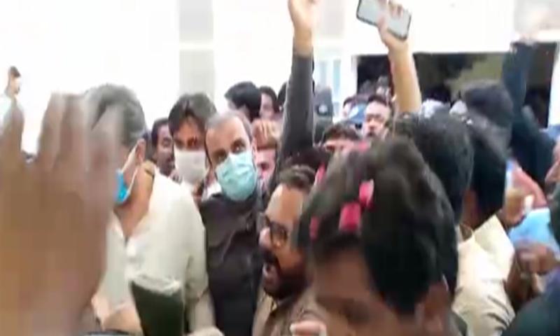 عدالت میں پیشی کے موقع پر پیپلز پارٹی کے کارکنوں نے فرخ شاہ کا استقبال کیا — فوٹو: ڈان نیوز