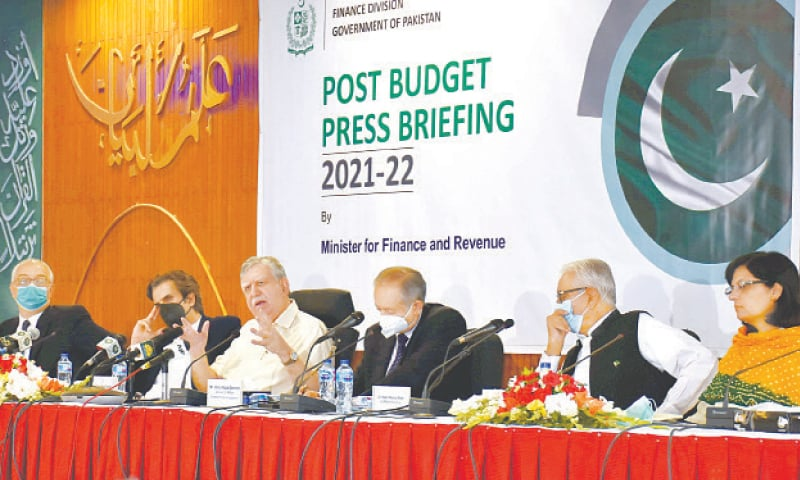 ISLAMABAD: Finance Minister Shaukat Tarin addressing the post-budget press conference along with some of his cabinet colleagues on Saturday. — Tanveer Shahzad / White Star