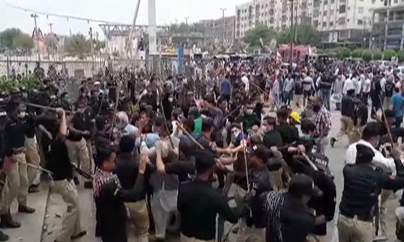 آپریشن میں پارک کے اندر واقع تجاوزات کا خاتمہ کیا جارہا ہے — فوٹو: ڈان نیوز
