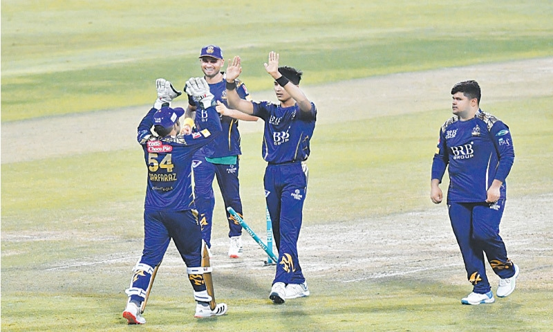 ABU DHABI: Quetta Gladiators are cock-a-hoop after Mohammad Hasnain (C) takes the wicket of Lahore Qalandars' opener Fakhar Zaman during their HBL Pakistan Super League fixture at the Sheikh Zayed Stadium on Tuesday.—Courtesy PCB