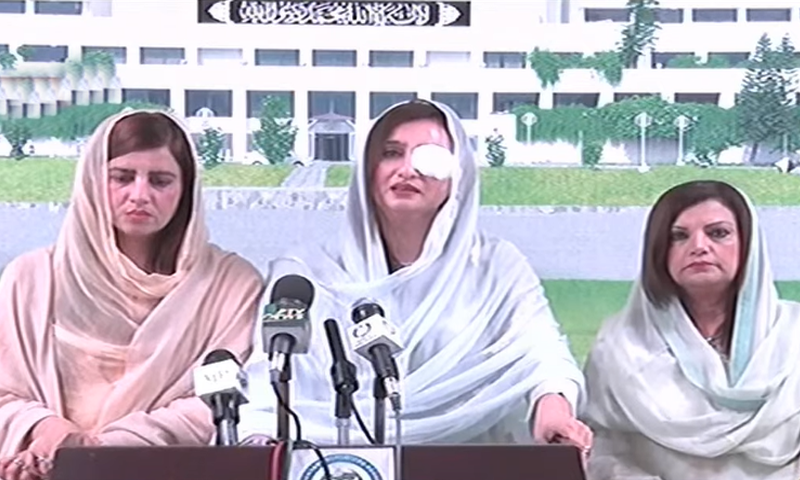 Minister of State for Climate Change Zartaj Gul (L) and Parliamentary Secretary for Law Maleeka Bokhari address a press conference in Islamabad with other PTI lawmakers. — DawnNewsTV