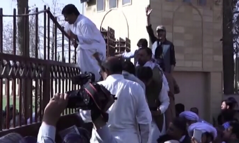 Opposition members lay siege to the gates of the provincial assembly of Balochistan. — DawnNewsTV