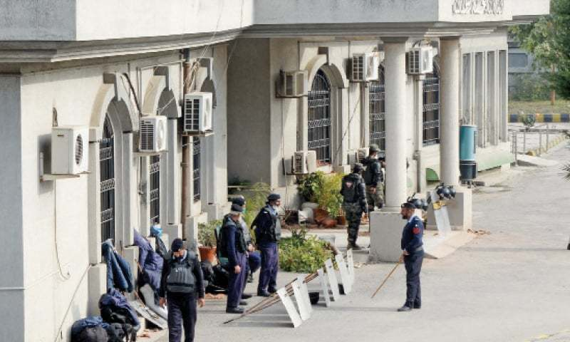 Police deployed on the premises of Islamabad High Court on Feb 8. — Photo by Mohammad Asim/File
