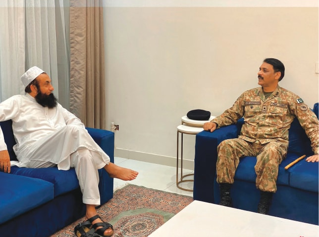 Maulana Tariq Jamil with Lt Gen Asif Ghafoor last year | Tariq Jamil Official, Twitter