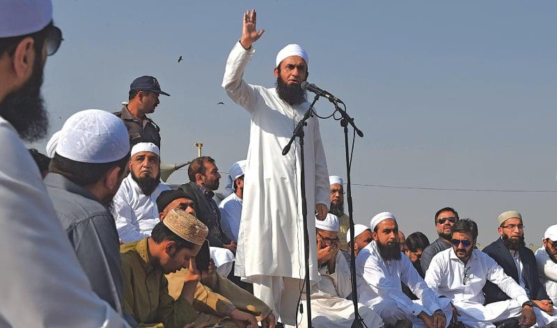 Maulana Tariq Jamil speaks at Junaid Jamshed's funeral | AFP