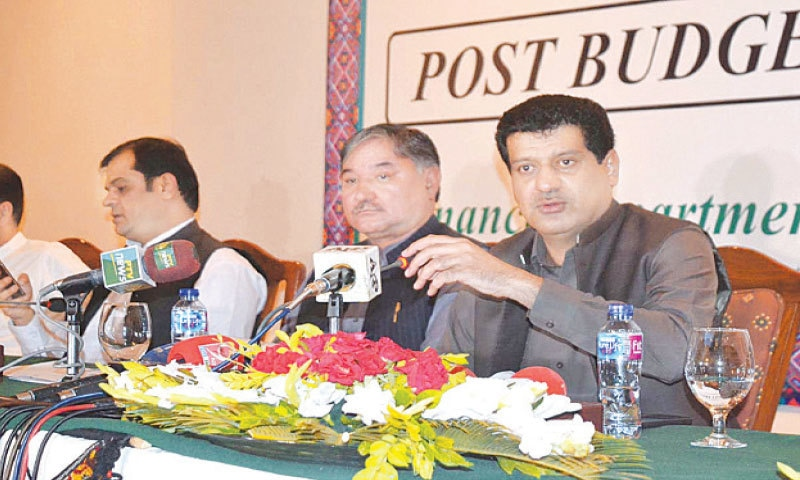 QUETTA: Balochistan Minister for Finance Zahoor Ahmed Buledi addressing the post-budget press conference.—APP