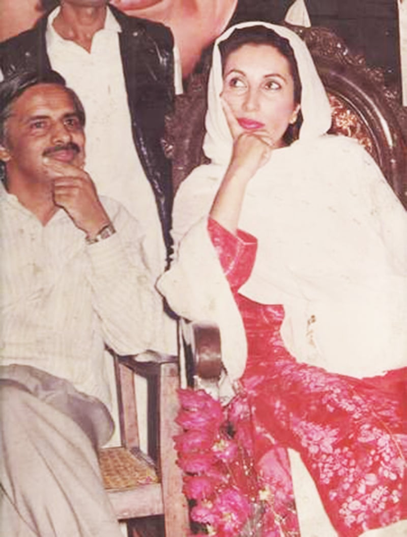 مجاہد بریلوی اگست 1991ء میں کراچی پریس کلب میں ہونے والی تقریب میں بے نظیر بھٹو کے ساتھ