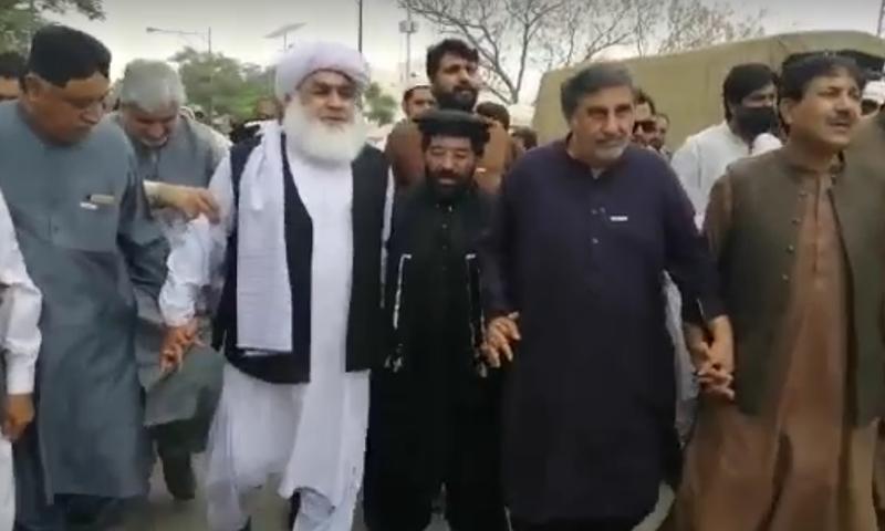بلوچستان اسمبلی کے باہر ہنگامہ، اپوزیشن اراکین گرفتاری دینے تھانے پہنچ گئے