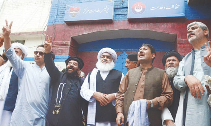 QUETTA: Lawmakers from the joint opposition arrive at the Bijli Road Police Station to court arrest on Monday. (Right) Security personnel stand alert to avoid untoward incident on the premises of the Balochistan Assembly as security has been tightened before the assembly session.—PPI