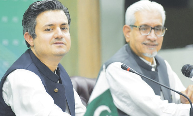 ISLAMABAD: Minister for Energy Hammad Azhar and Special Assistant to the Prime Minister on Finance Waqar Masood address a press conference on Monday.—Tanveer Shahzad / White Star