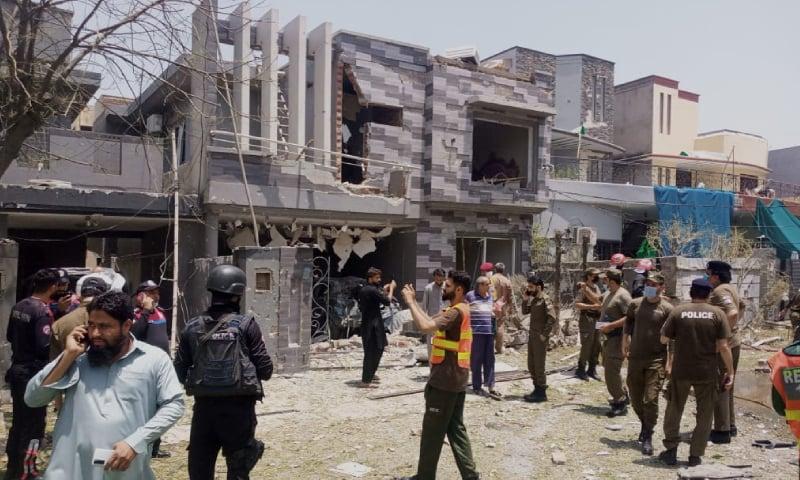 دھماکے کے بعد پولیس اور دیگر قانون نافذ کرنے والے اداروں کے علاقے کو گھیرے میں لے لیا — فوٹو: عمران گبول