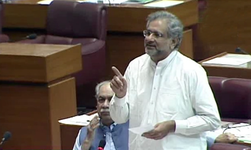 شاہد خاقان عباسی قومی اسمبلی میں اظہارِ خیال کررہے تھے —تصویر: ڈان نیوز