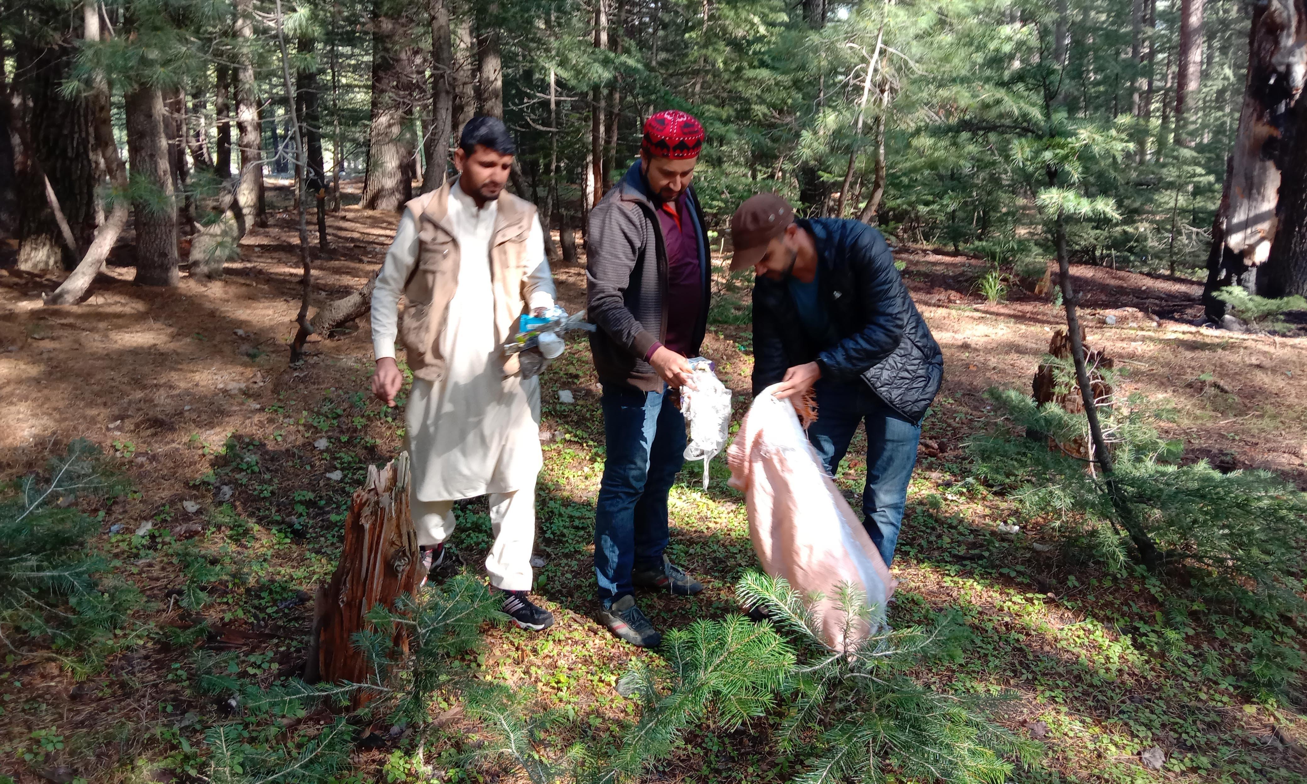 واپسی سے پہلے ٹیم  نے دوجنگا جنگل کی صفائی بھی کی—تصویر عرفان اللہ
