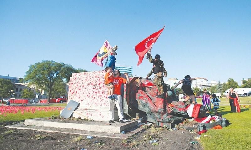 کینیڈا میں سیکڑوں بچوں کی باقیات برآمد: مظاہرین نے ملکہ الزبتھ کا مجسمہ گرادیا