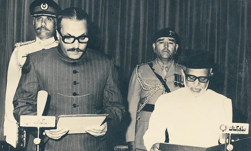 جنرل ضیا صدر پاکستان کے عہدے کا حلف اٹھاتے ہوئے، انہوں نے آرمی چیف کا عہدہ بھی اپنے پاس رکھا