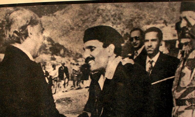 جنرل ضیا الحق ذوالفقار علی بھٹو سے ملتے ہوئے