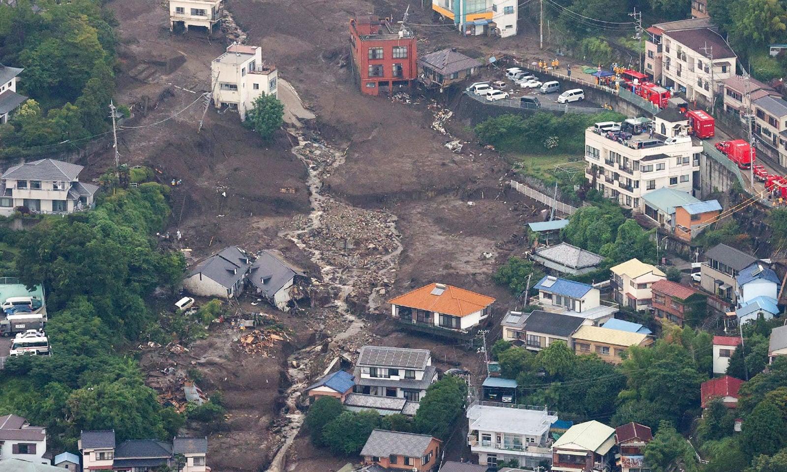تیز بارش کے باعث ہونے والی لینڈ سلائیڈنگ سے سیکڑوں افراد لاپتا ہوگئے—فوٹو: اے پی