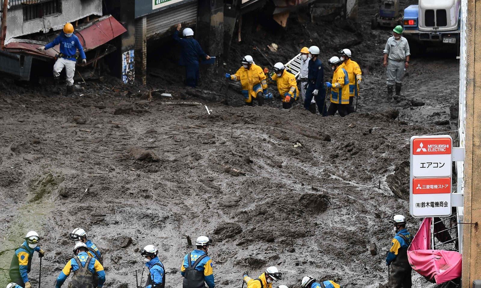 متاثرہ علاقے میں وقفے وقفے سے بارش کا سلسلہ جاری ہے—فوٹو: اے پی