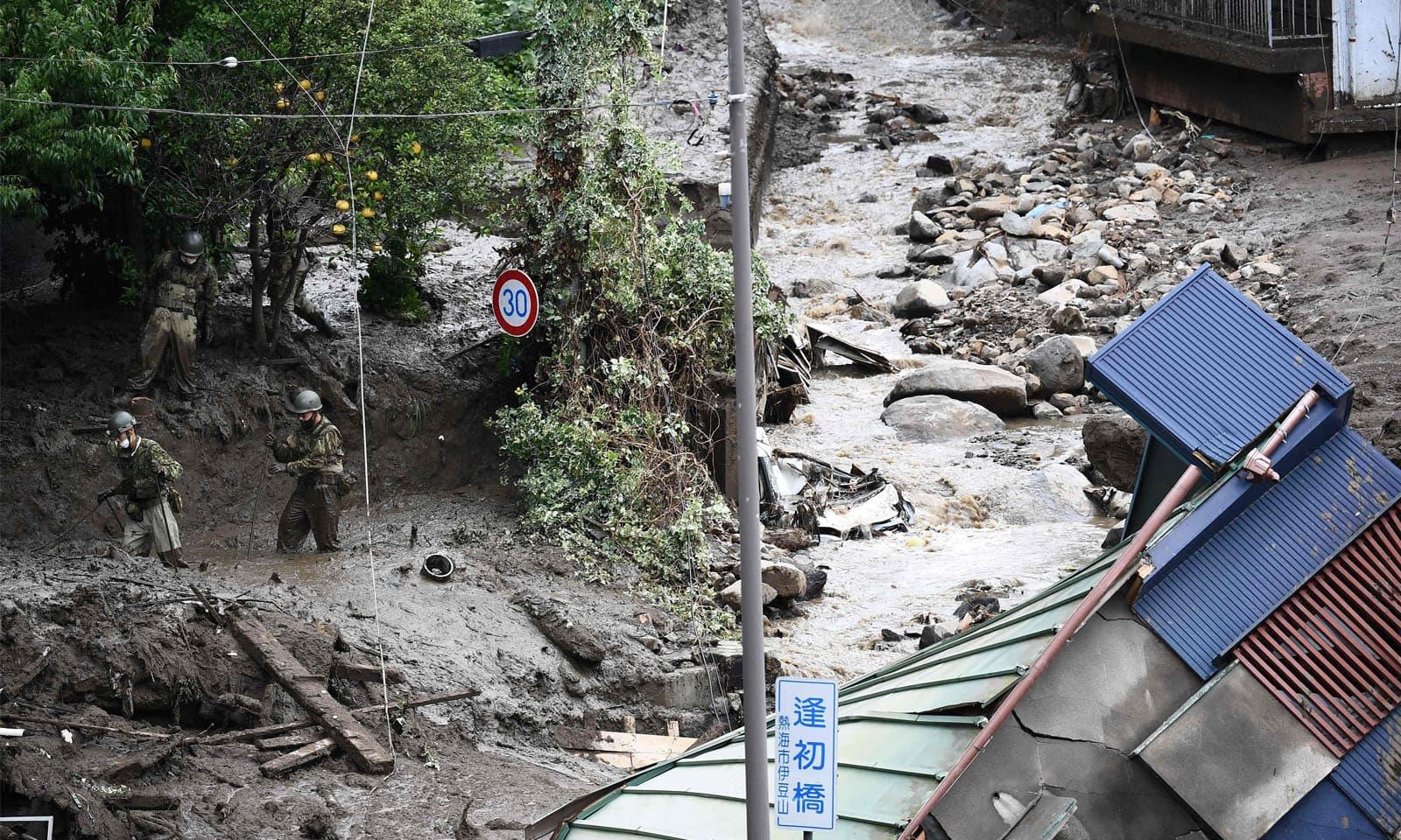 متعدد گھر کیچڑ میں دھنس گئے جہاں تاحال امدادی سرگرمیاں جاری ہیں—فوٹو: اے پی
