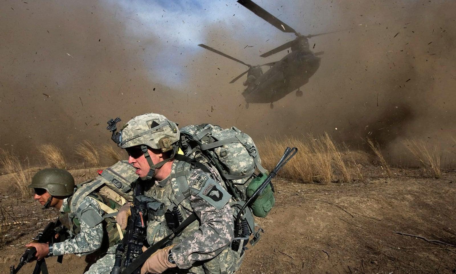 11 نومبر 2009 کو امریکی فوج اور افغان نیشنل آرمی نے افغانستان کے صوبے خوست میں سپیرا کی پہاڑیوں میں کارروائی کی—فوٹو: اے ایف پی
